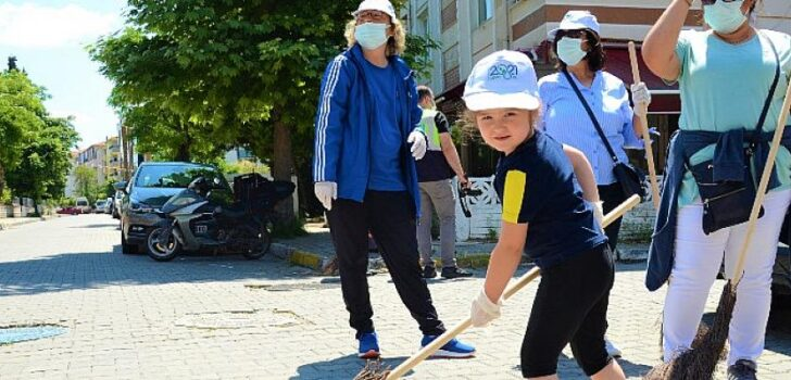 4 yaşındaki Eylül, boyundan büyük süpürgeyle sokakları süpürdü