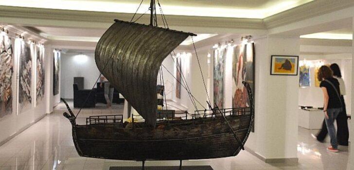 """Kıbrıs Modern Sanat Müzesi """"Yeni Öğretim Yılı"""" sergisi, Yakın Doğu Üniversitesi Atatürk Kültür ve Kongre Merkezi Sergi Salonunda, Tokat Protokol Heyeti onuruna verilen resepsiyonla açıldı"""